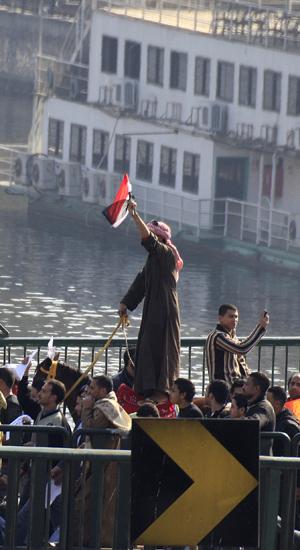 Em camelos, manifestantes pró-Mubarak dirigem-se à Praça Tahrir, no Cairo