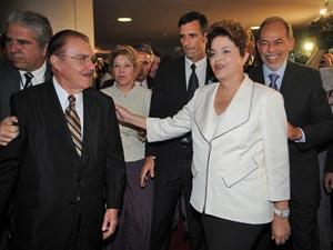 Ao chegar ao Congresso, Dilma é recebida pelo presidente do Senado, José Sarney (esq.)