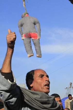 Manifestante com boneco de Mubarak 'enforcado' nesta quarta-feira (2) no Cairo