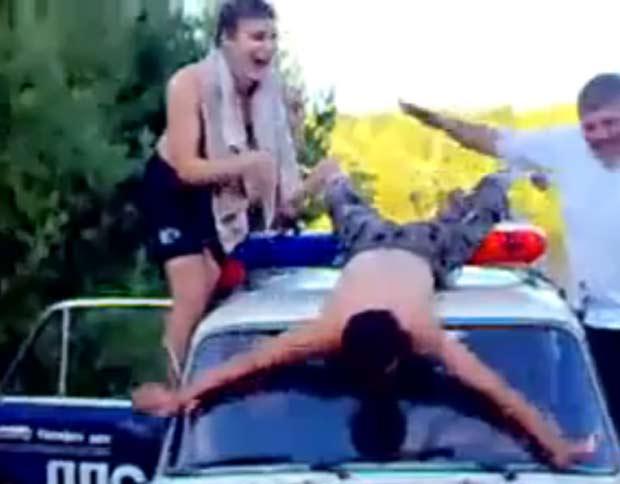 Policiais foram flagrados dançando sobre carro patrulha.