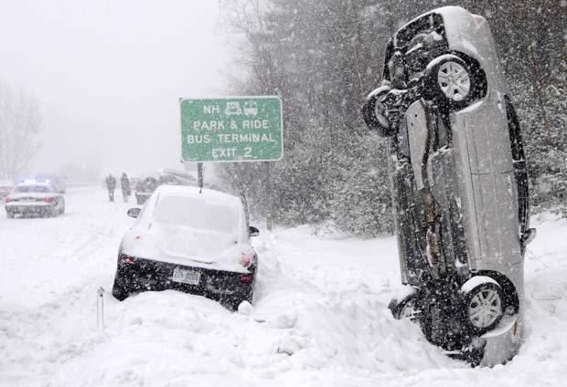 Um carro ficou na vertical depois de um acidente na terça-feira (1) que envolveu vários veículos em uma rodovia norte de Salem, no estado de New Hampshire (EUA). Ninguém ficou ferido.