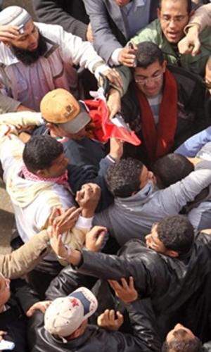Confronto na Praça Tahrir nesta quinta (3) (Foto: AFP)