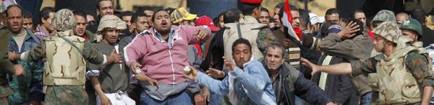 Adeptos do governo, contidos por militares, tentam atacar oposicionistas nesta quinta (3) (Foto: Reuters)
