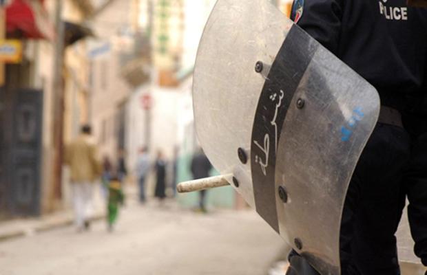 Policial de choque durante protesto contra o governo da Argélia em Oran, em 7 de janeiro (Foto: Reuters)