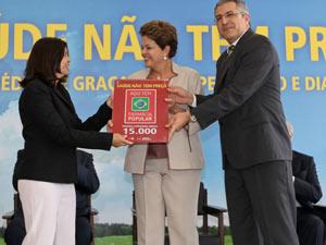 A presidente Dilma Rousseff e o ministro Alexandre Padilha durante anúncio de remédios gratuitos para hipertensão e diabetes (Foto: Roberto Stuckert Filho / Presidência)