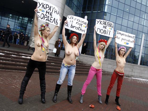 Seminuas, ativistas do grupo feminista Femen protestam nesta quinta-feira (3) em Kiev contra o presidente da Ucrânia, Viktor Yanukovych. Durante o Fórum Econômico Mundial, em Davos, em 28 de janeiro, ele teria dito uma frase machista sobre a nudez das ucranianas. 'A Ucrânia não é um bordel', diz a faixa. (Foto: Reuters)