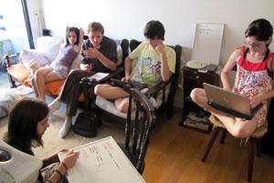 Grupo conversa para decidir como desenvolver o game (Foto: Arquivo Pessoal)