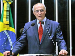 O senador Eduardo Suplicy (PT-SP) lê carta de Cesare Battisti no plena´rio do Senado (Foto: Geraldo Magela/Agência Senado)