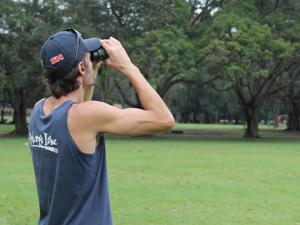 Biólogo Rodrigo Gessulli usa binóculo para observar aves (Foto: Paulo Toledo Piza/G1)