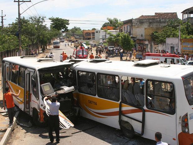 Acidente entre dois ônibus em Campo Grande (Foto: Jadson Marques/AE)