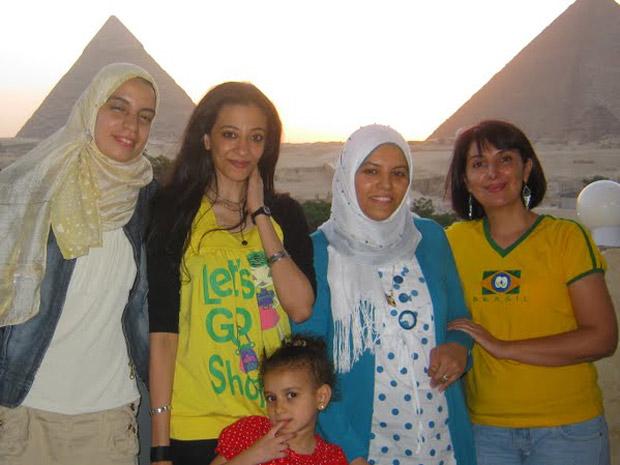 Cristiane Freitas (com a camisa do Brasil), em foto com amigas egipcias em Guiza, na região das pirâmides. (Foto: Acervo pessoal / Cristiane Freitas)
