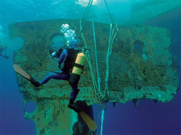 Foto mostra trabalho de resgate na área do naufrágio do Titanic (Foto: Divulgação)