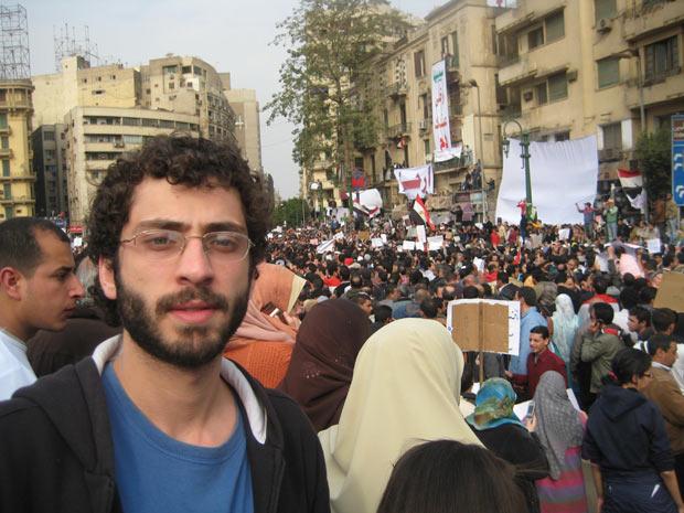 O brasilerio Fernando Bissacot participa de manifestação pacífica na praça Tahrir, na última terça (1º) (Foto: Arquivo pessoal / Fernando Bissacot)