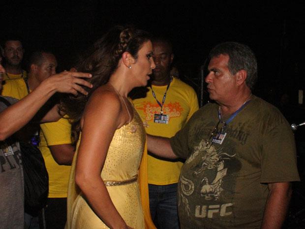 Ivete Sangalo conversa com orgqanizadores do Festival de Verão antes de subir ao palco (Foto: Edgar de Souza/Divulgação)