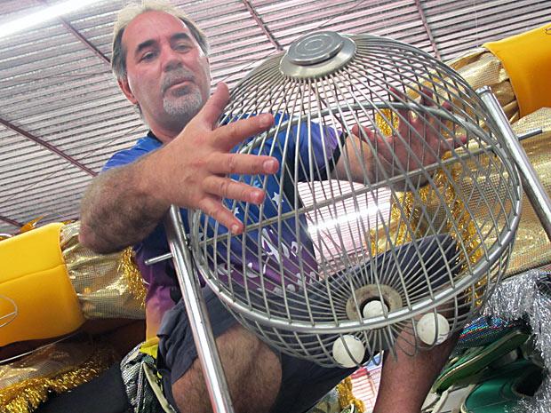 Carnavales Jorge Freitas com um globo de loteria. Rosas de Ouro escolheu a sorte para repetir desempenho de 2010 (Foto: Rafael Italiani/G1)