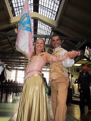 Luiz Antonio Butinhão Junior e Sueli Riça Costa formam o primeiro casal de mestre-sala e porta-bandeiras no desfile da Rosas de Ouro (Foto: Rafael Italiani/G1)