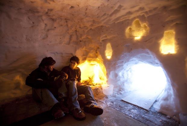 Jonathan Rangoonwala e alguns amigos construíram um 'iglu' em Minneapolis. (Foto: Jeff Wheeler/Star Tribune/AP)