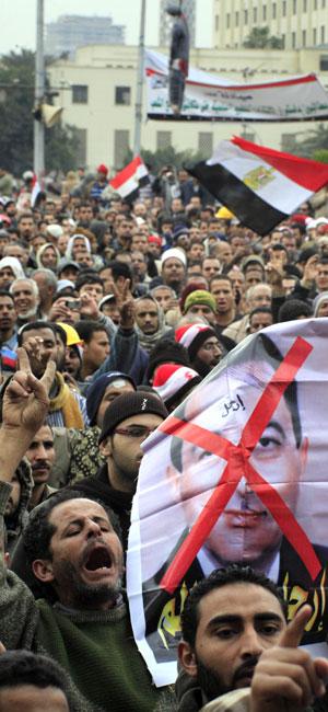 Protestos seguiam neste sábado (5) na Praça Tahrir (Foto: AP)