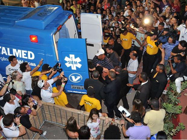 Luan Santana entra em abulância (Foto: Eduardo Freire/Agência Edgar de Souza/Divulgação)