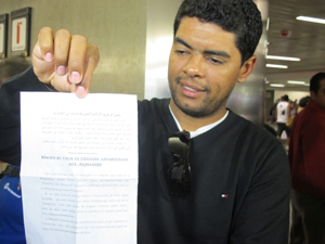 Repórter mostra documento que teve de assinar antes de deixar o país (Foto: Roberta Steganha/G1)