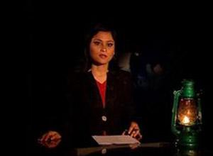 O jornal de meia hora de duração é apresentado à luz de uma lamparina (Foto: BBC)