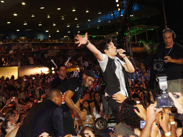Luan Santana passa mal dura nte show no Festival de Verão de Salvador (Foto: Glauco Araújo/G1)