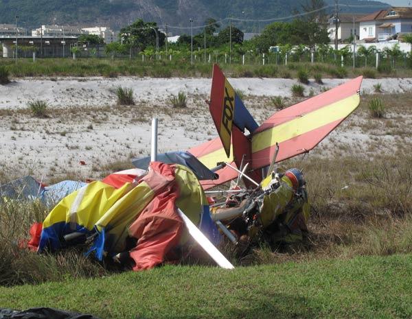 ultraleve bate em outro e cai na Barra (Foto: Alba Valéria Mendonça/G1)
