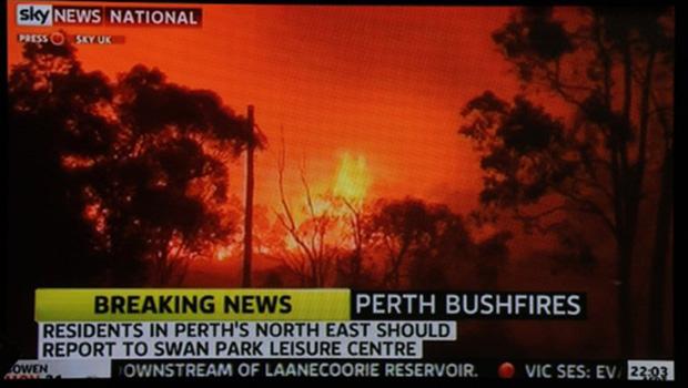 Imagem de TV mostra incêndio florestal próximo a Perth, na  Austrália, neste domingo (6) (Foto: AFP)