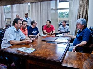 À direita, Valdir Rossoni (PSDB) durante reunião com nova diretoria (Foto: Vinícius Sgarbe/G1PR)