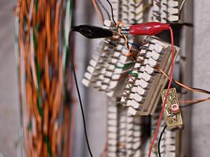 Equipamento de escuta foi instalado na central telefônica (Foto: Vinícius Sgarbe/G1PR)