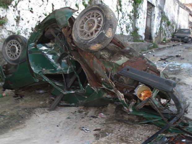 Carro destruído por blindado da Marinha em ocupação da polícia no Rio (Foto: Thamine Leta / G1)