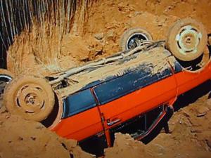 Carro é engolido por buraco em São José do Rio Preto (Foto: Reprodução/ TV Tem)