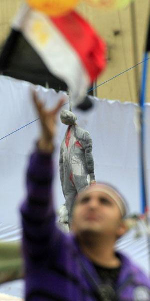 Protestos seguiam, mas com menos gente, neste domingo (6) na Praça Tahrir (Foto: AP)