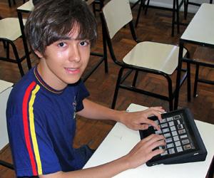 Samuel Silva, de 15 anos, do Colégio Batista Mineiro, em Belo Horizonte, usa seu iPad em sala de aula (Foto: Raquel Nascimento/Arquivo Pessoal)