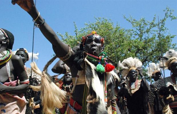 Sudaneses do sul da etnia Toposa celebram neste sábado (5) a decisão de separar o país em dois, na cidade de Kapoeta. (Foto: AFP)