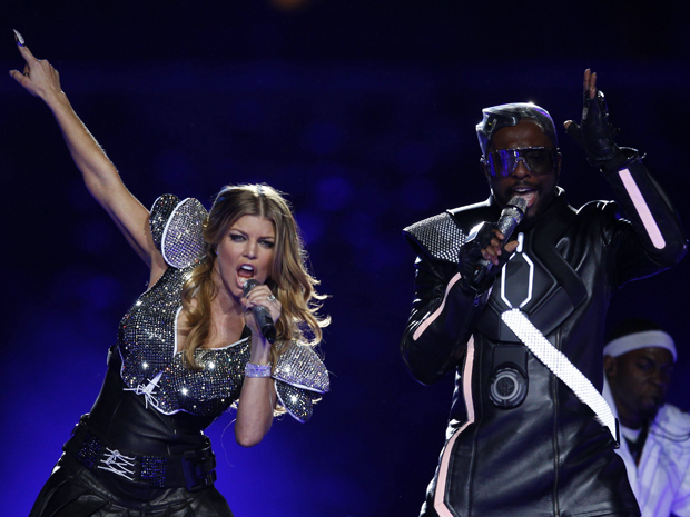 Os vocalistas will.i.am e Fergie se apresentam no Super Bow (Foto: Reuters)
