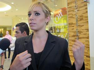 Vendedora Carolina Borson estava em frente ao shopping quando os assltantes chegaram (Foto: Marcelo Mora/G1)