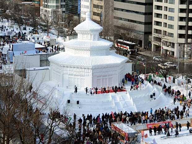 Sapporo exibirá 250 esculturas durante o Festival da Neve. Na Imagem, réplica do Templo do Céu de Pequim. (Foto: Noguchi Takashi / AFP Photo)