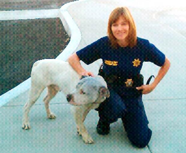 Agente Amy Farrell com o cão após o resgate bem sucedido. (Foto: AP)