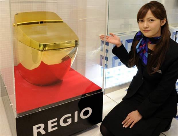 Uma empresa japonesa criou um vaso sanitário de ouro. A peça está em exposição no showroom da Inax em Tóquio, no Japão.  (Foto: Yoshikazu Tsuno/AFP)