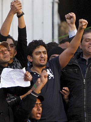 O egípcio Wael Ghonin, executivo do Google, junta-se à multidão anti-Mubarak nesta terça-feira (8) na Praça Tahrir, no centro do Cairo. (Foto: AP)