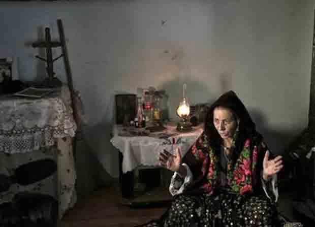 'Bruxas' podem ser presas se não acertarem suas previsões. (Foto: Vadim Ghirda/AP )