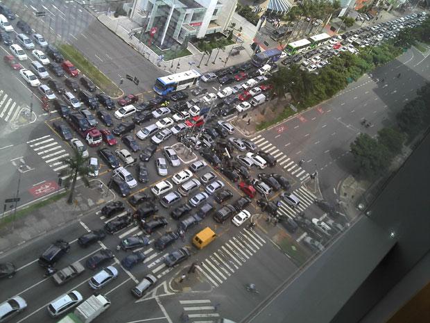 Em razão do blecaute na região do Itaim, instalou-se um verdadeiro caos no cruzamento da Av. Faria Lima com a Juscelino Kubischek. Um motoqueiro tentou, inutilmente, organizar o trânsito, mas a situação se mantém por mais de 1 hora.  (Foto: Carolina Alvares/VC no G1)