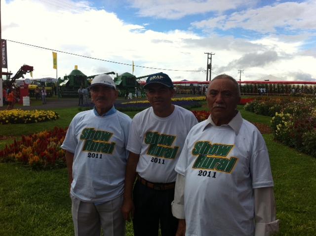 Os produtores Manuel, Luiz e Ramiro, de Alagoas: informação é prioridade. (Foto: Ligia Guimarães/G1)