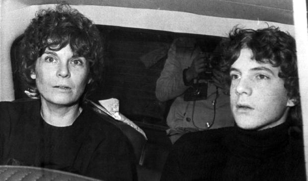Imagem de 1973 mostra a ex-atriz Gail Harris com o filho John Paul Getty III ao chegar a um distrito policial (Foto: Giuseppe Anastasi / AP)
