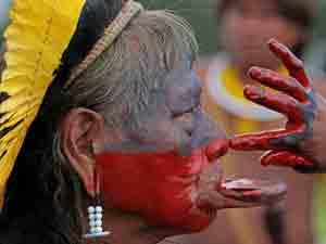 Cacique Raoini durante protesto em Brasília contra a construção da usina de Belo Monte (Foto: AP)