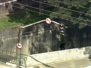 Semáforo fica apagado após blecaute (Foto: Reprodução/TV Globo)