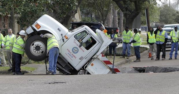 Caminhão afundou após estrada ruir em Houston. (Foto: Karen Warren/Houston Chronicle/AP)