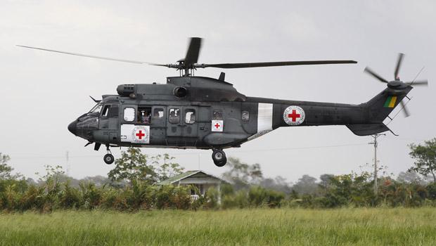 Helicóptero militar brasileiro, com os símbolos da Cruz Vermelha Internacional, pousa no aeroporto de Villavicencio, na Colômbia, nesta terça-feira (8). (Foto: AP)