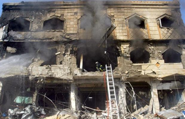 Casa destruída por um dos ataques nesta quarta-feira (9) na cidade iraquiana de Kirkuk (Foto: AP)